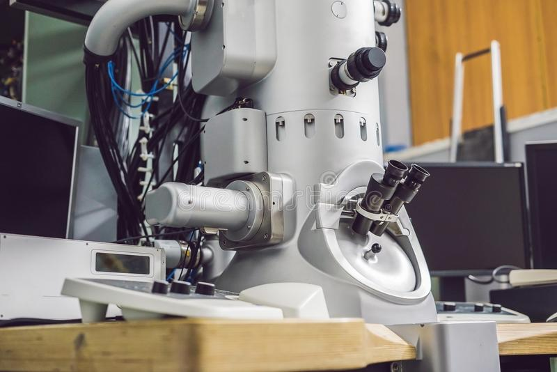 Просвечивающий электронный микроскоп в научной лаборатории стоковые изображения