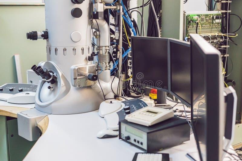 Просвечивающий электронный микроскоп в научной лаборатории стоковые изображения rf