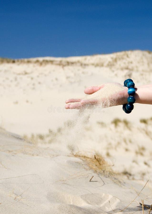 просеивать песка руки стоковые изображения