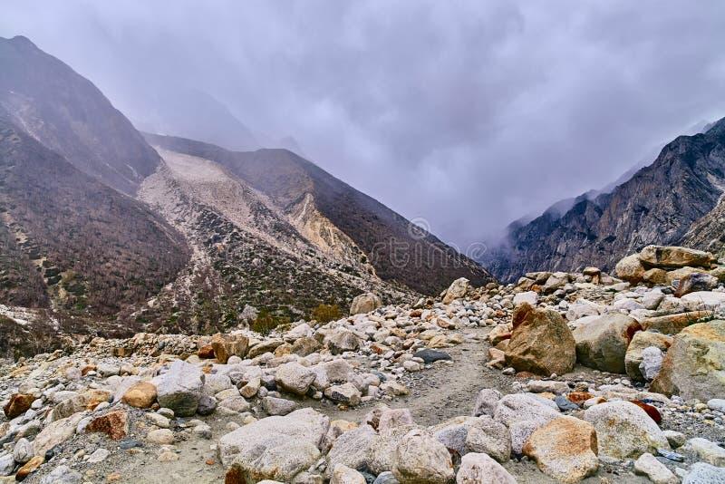 Проселочная дорога в облачном небе whit гор стоковые фотографии rf