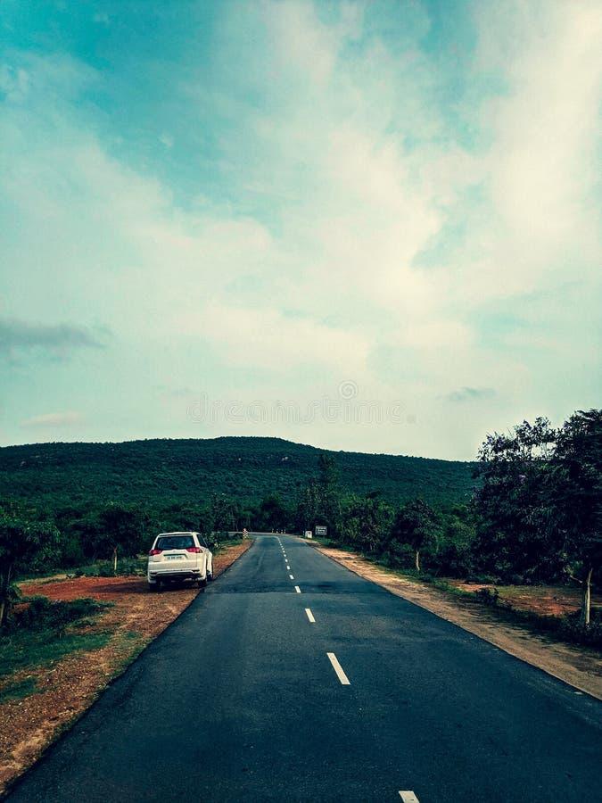 Проселочная дорога с красивым ландшафтом стоковые изображения