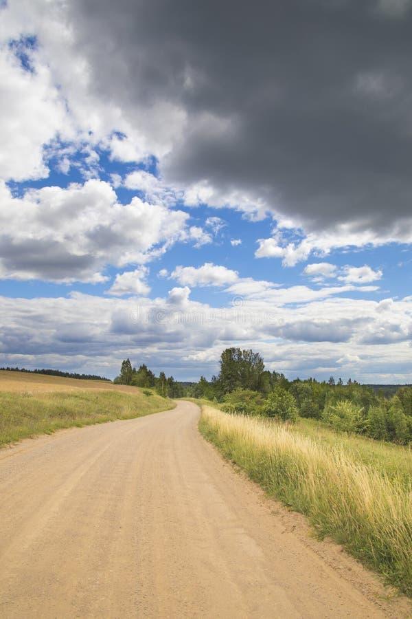 Проселочная дорога Grawel в славном летнем дне стоковая фотография rf