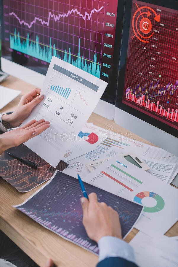 Просмотр аналитиков данных, использующих диаграммы при разработке программного обеспечения для компьютерных систем стоковая фотография