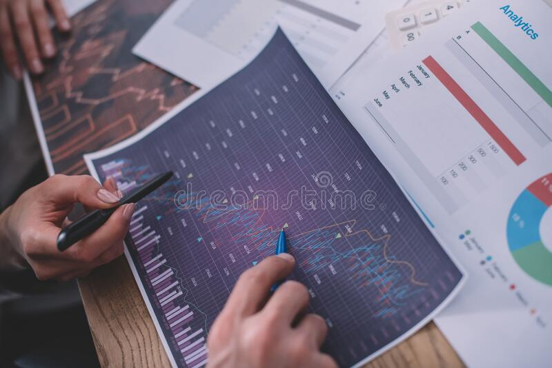 Просмотр аналитиков данных, работающих с графиками и документами в таблице стоковое фото rf