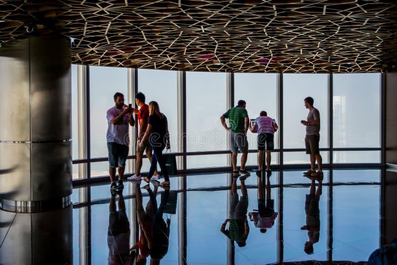 Просмотр вверху Burj Khalifa Дубай стоковые фотографии rf