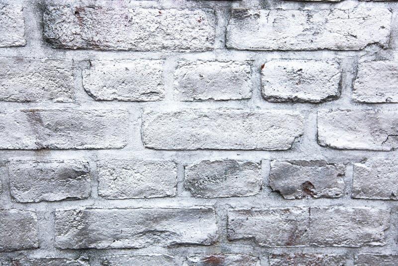 Простая белая и серая кирпичная стена покрашенная с металлической распыленной краской чернил как предпосылка текстуры поверхности стоковое фото rf