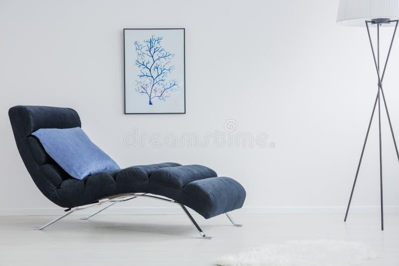 Простая белая комната с лампой стоковое изображение