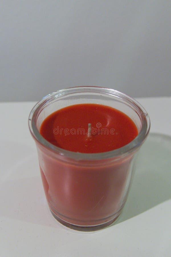 Простая красная свеча в стекле стоковая фотография rf