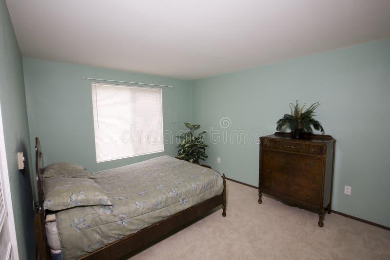 Простая спальня в кондоминиуме стоковые фото