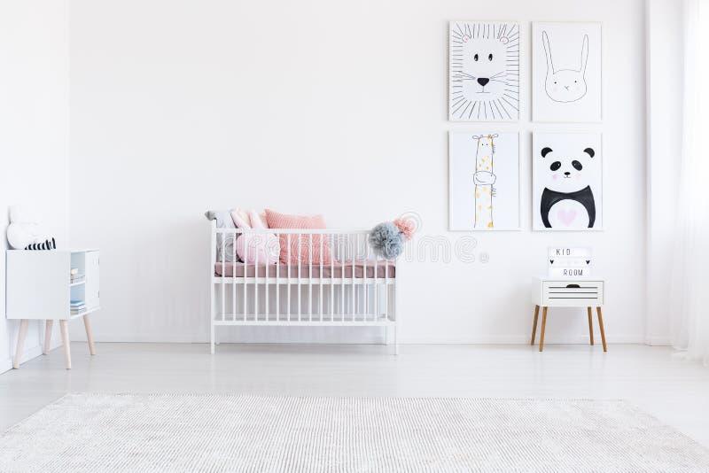 Простая спальня ` s ребенк с плакатами стоковая фотография rf