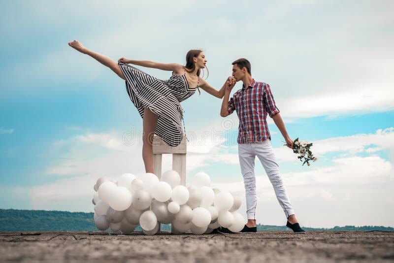 Простая утеха любить соедините влюбленность Пары балета в отношения любов Артисты балета понижаясь в любовь романтично стоковое фото rf