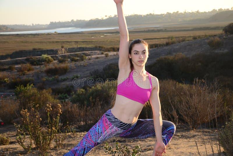 Простирание йоги в природе стоковые фото