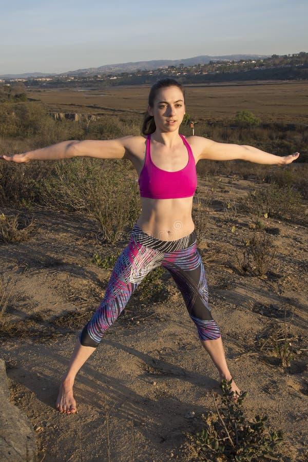 Простирание йоги в природе стоковые изображения