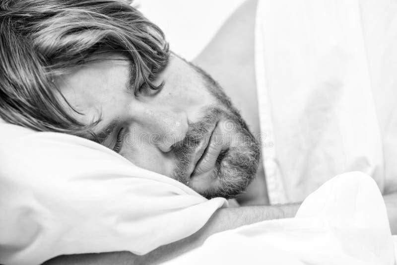 Простирание после бодрствования вверх в утре Глаза человека закрыты с релаксацией Человек с глазами все еще закрыл достигать кноп стоковая фотография