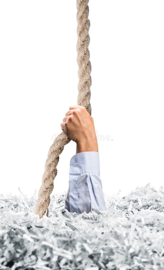 Простирания вручают от бумаг shredded белизной стоковая фотография rf