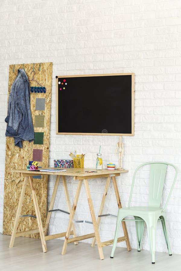 Простое место для работы с столом osb стоковые изображения
