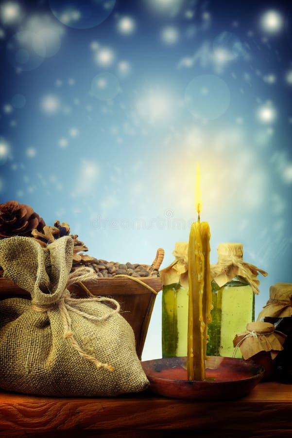 Простое оформление рождества Горящие свеча, комфорт и тепло, вьюга Праздники семьи Ностальгия стоковые фотографии rf