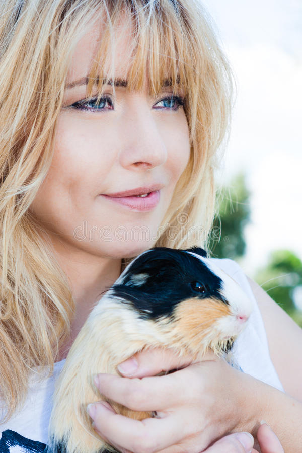 Простое счастье Любимчик женщины любящий Животная терапия стоковое изображение