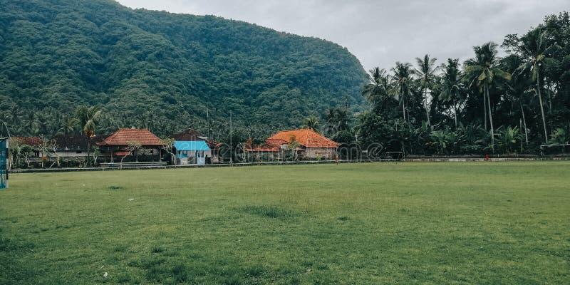Простое футбольное поле, с естественной обстановкой, в деревне Бали Ин стоковые фото