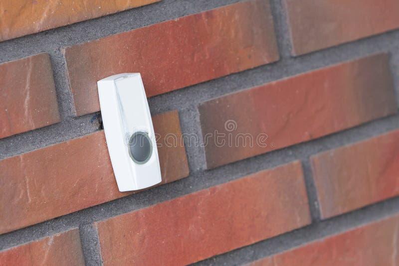 Простой дверной звонок на кирпичной стене стоковые изображения rf