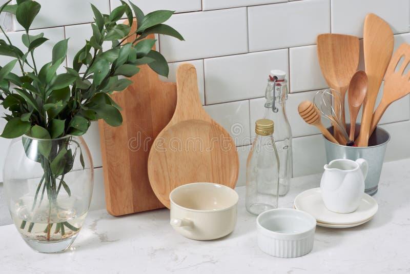 Простой деревенский kitchenware против белой деревянной стены: грубое ceram стоковые изображения rf