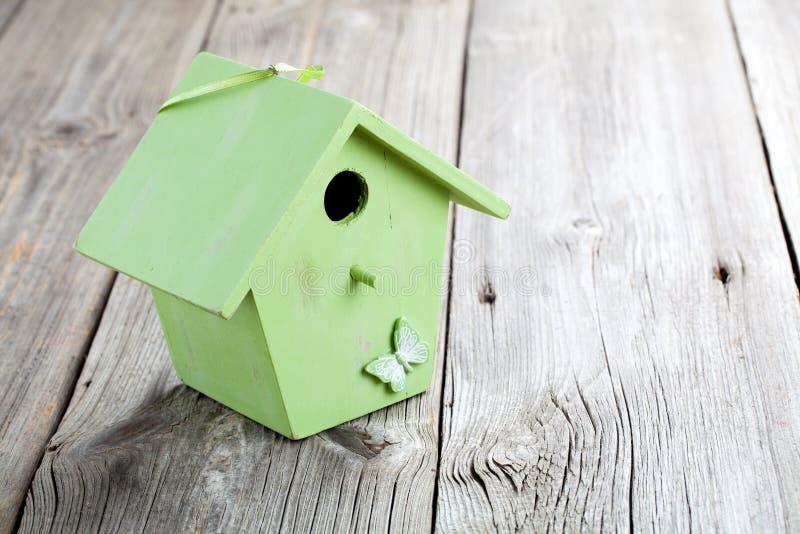 Простой зеленый деревянный дом птицы стоковые изображения