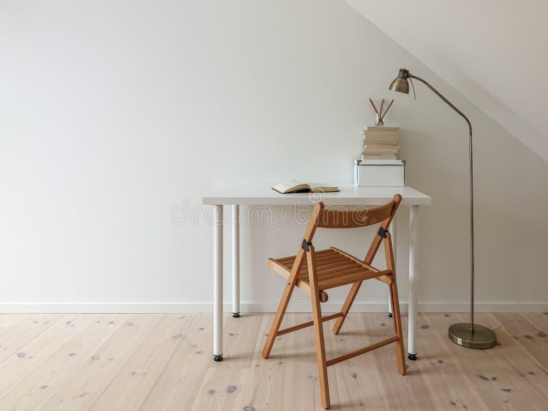 Простой интерьер места для работы Открытая книга в минималистском домашнем офисе стоковая фотография rf