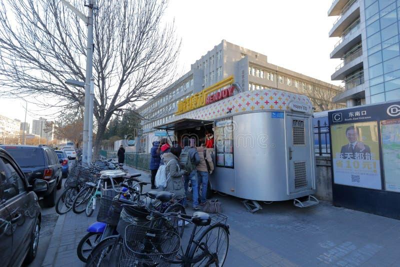 Простой киоск фаст-фуда около станции метро, самана rgb стоковые фотографии rf