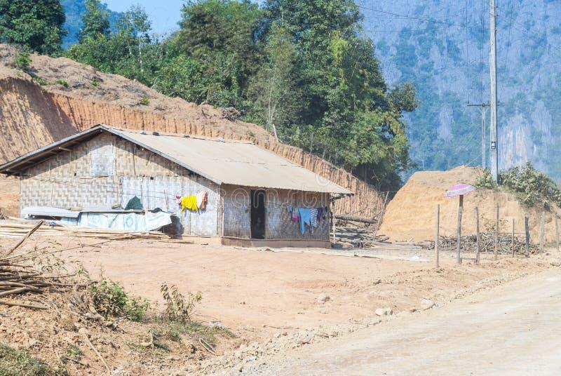 Простой лаосский дом в сельской местности стоковое изображение