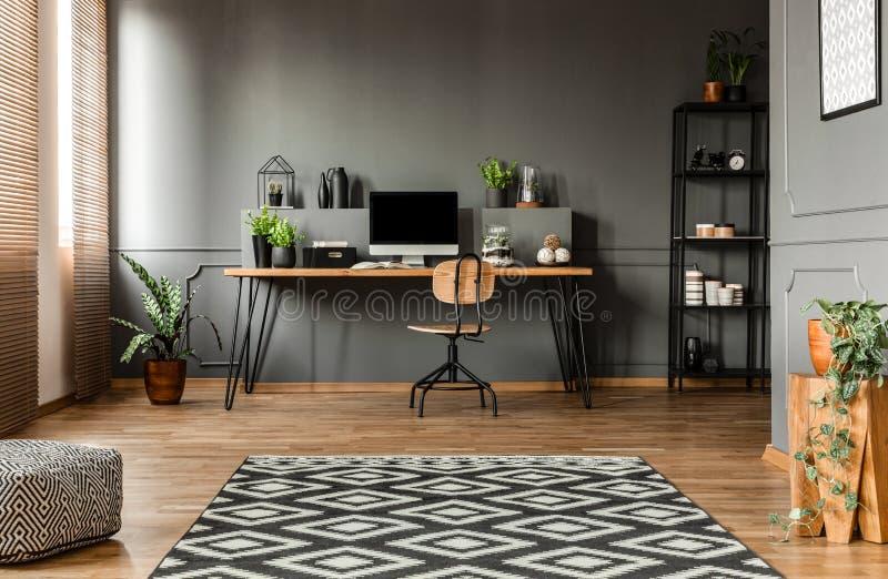 Простой серый интерьер места для работы стоковые изображения rf