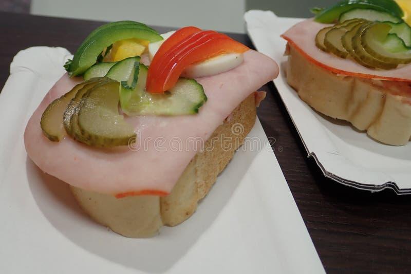 Простой хлеб закуски с ветчиной и овощами стоковое фото