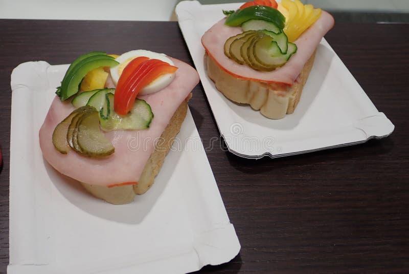 Простой хлеб закуски с ветчиной и овощами стоковая фотография rf