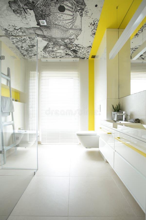Просторная ванная комната с творческим дизайном стоковая фотография