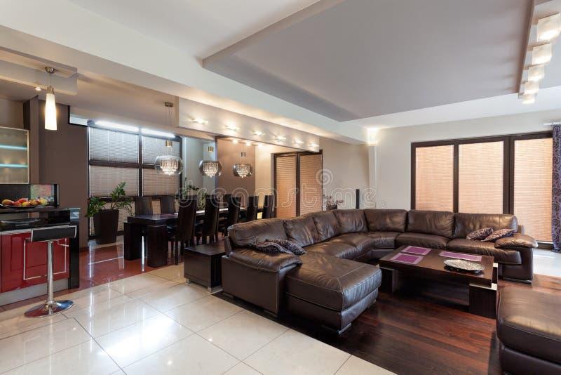 Просторная живущая комната в роскошном доме стоковое фото