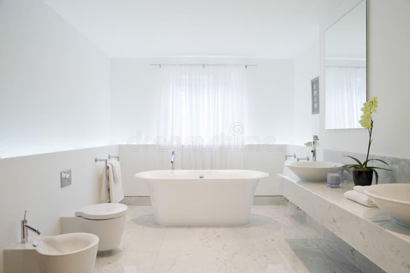 Просторная и шикарная ванная комната стоковые фото