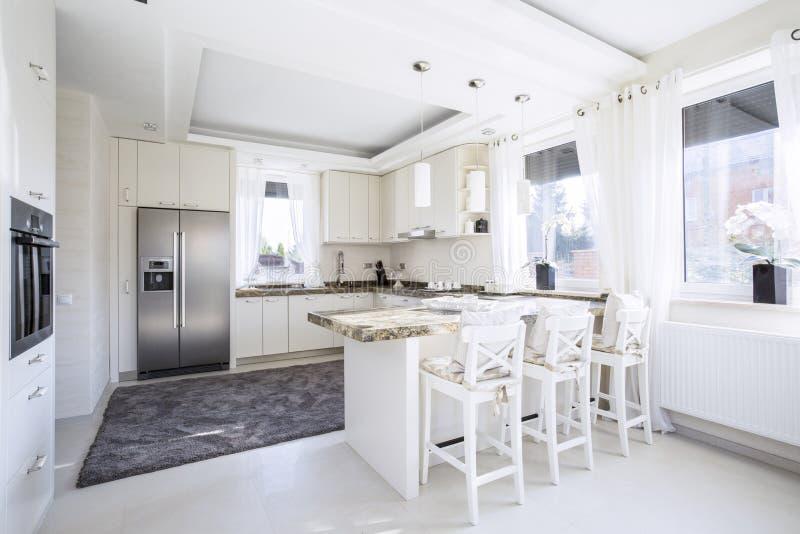 Просторная кухня с countertop стоковая фотография rf