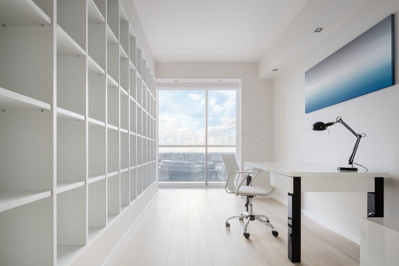 Просторный домашний офис с взглядом стоковое изображение rf