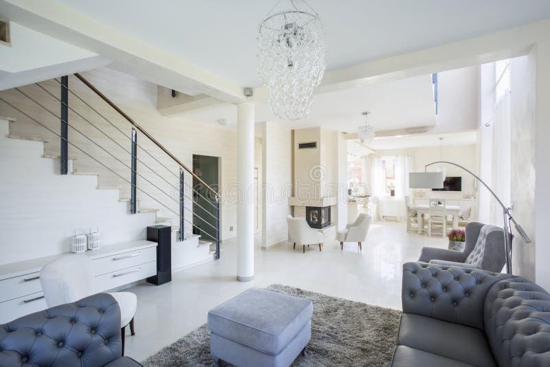 Просторный интерьер современного дома стоковая фотография
