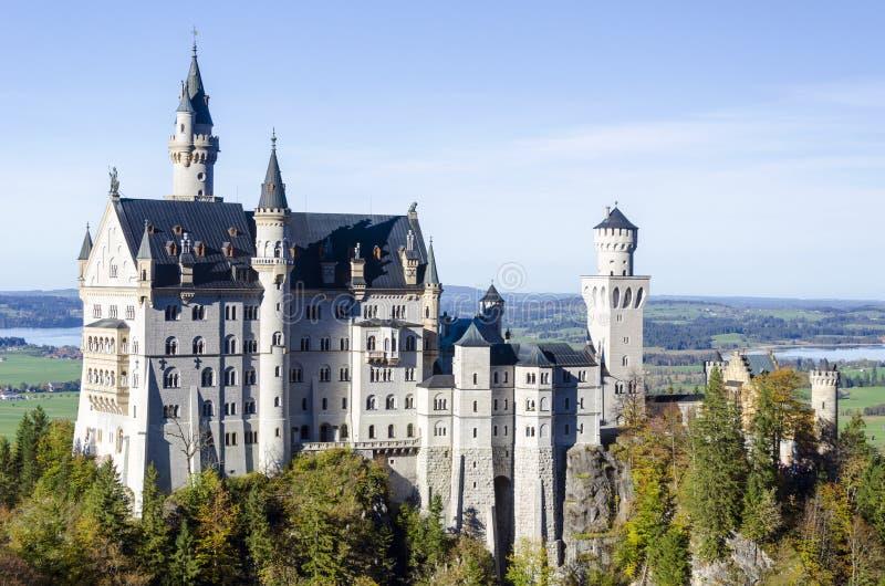 Просторный панорамный вид романтичного старого замка назвал Нойшванштайн расположенный в Баварии Германии стоковое изображение