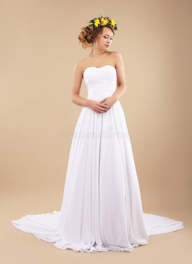 простота minimalism Невеста с Wildflowers в классическом платье стоковые изображения