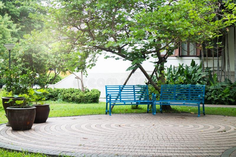 Просто стенд в зеленом саде стоковые фото