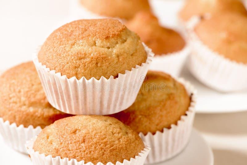 Простые булочки на таблице комплекта стоковая фотография rf