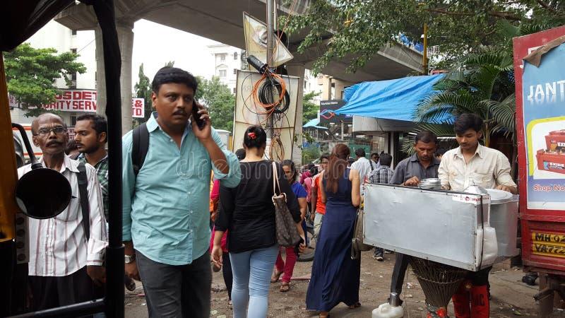 Простые люди делать в улице в Мумбае стоковые фотографии rf