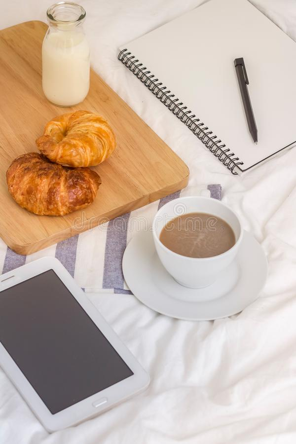 Простые место для работы или перерыв на чашку кофе в утре кофейная чашка горячая стоковое фото