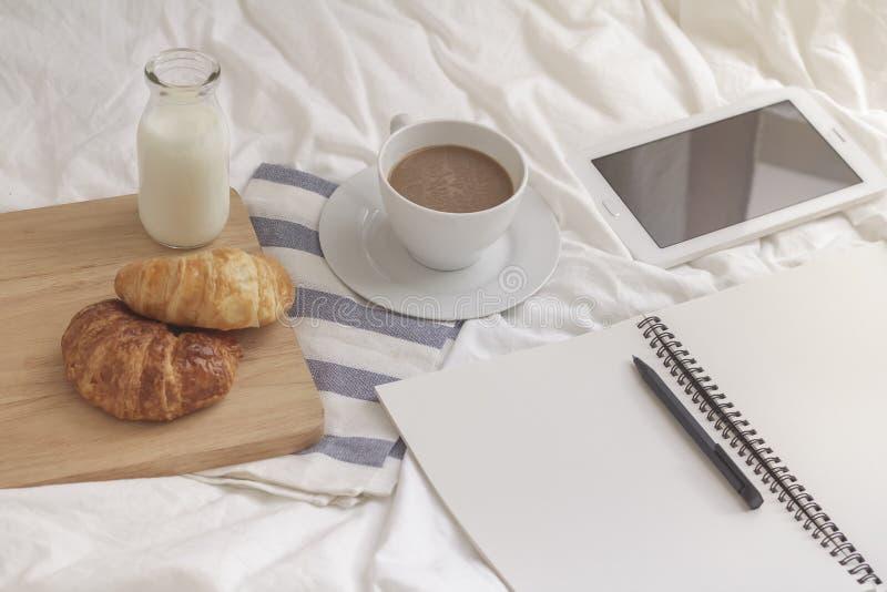 Простые место для работы или перерыв на чашку кофе в утре кофейная чашка горячая стоковые фотографии rf