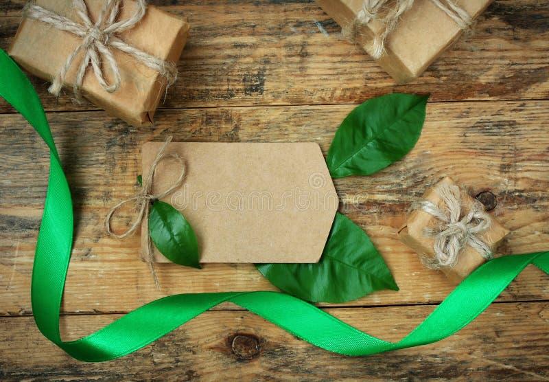 Простые 3 подарочной коробки с зелеными листьями, silk лентой стоковые изображения