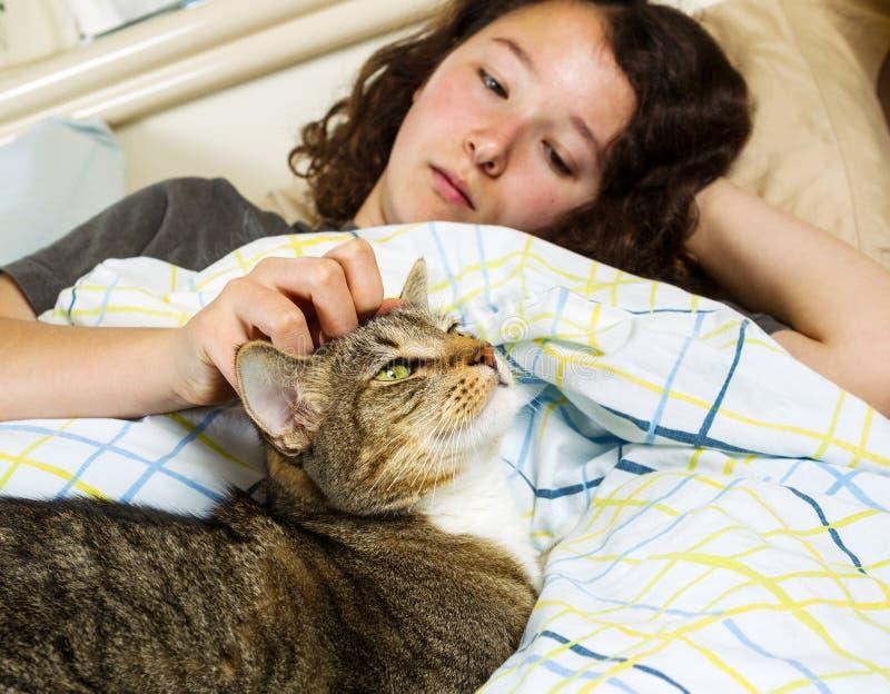 Просыпать вверх совместно - девушка и ее кот любимчика стоковое фото rf