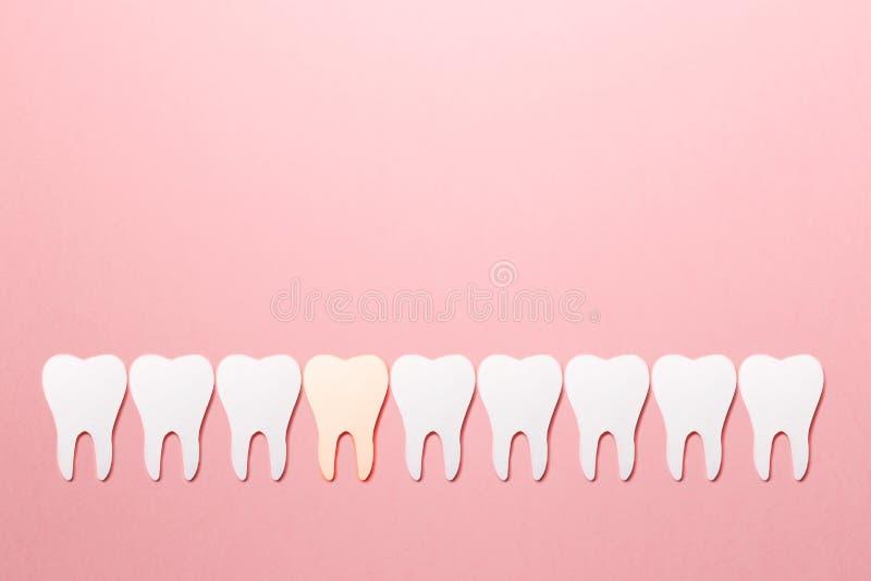 Протезно-зубоврачебная стоматология Белые зубки на розовом фоне Устная гигиена зубов Концепция психического здоровья стоковые фото