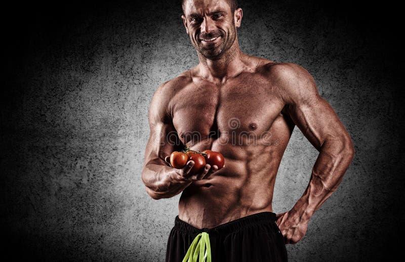 Протеин очень мышечного sporty парня выпивая в темном roo веса стоковое изображение rf
