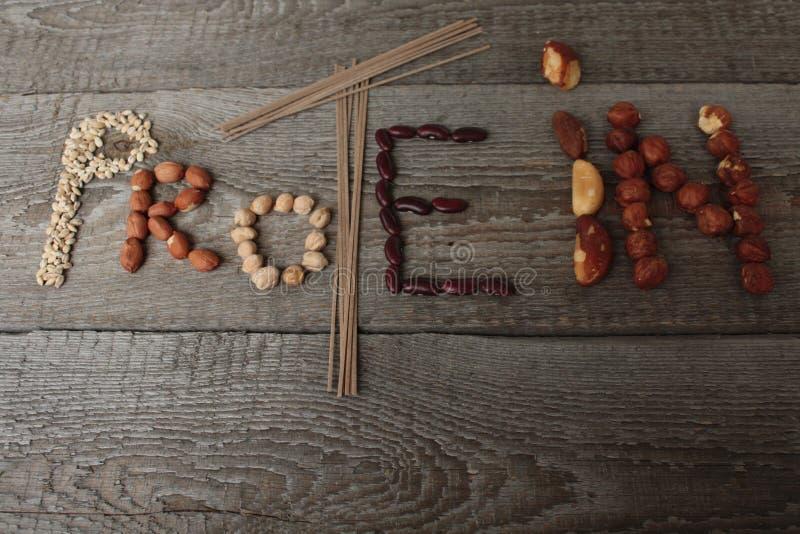 Протеин слова составлен еды: лапши soba, арахисы, нуты, фасоли, фундуки, гайки Бразилии протеин для vegan стоковая фотография rf